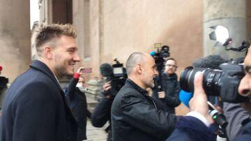 Nicklas Bendtner ankommer smilende til Københavns Byret, hvor han fik en dom på 50 dages ubetinget fængsel.