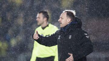 Alexander Zorniger og en gruppe Brøndby-fans røg i totterne på hinanden efter kampen mod Vejle. (Foto: Claus Fisker/Ritzau Scanpix)