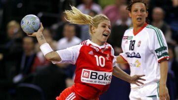 Danmark-Ungarn (24-23). Rikke Hørlykke går igennem det ungarske forsvar i kampen mod Ungarn. Danmark undgår i semifinalen de norske favoritter og tørner i stedet ind i Rusland på lørdag i Budapest. Det står desuden fast, at Danmark har sikret sig en billet til VM i Rusland næste år.