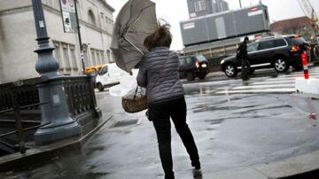 Hold på paraplyen: Landet vågner til en ordentlig omgang blæsevejr