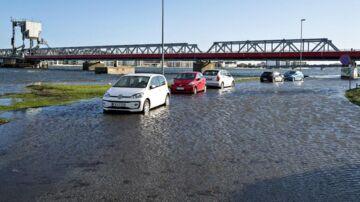 Se billederne: Kraftig vind oversvømmer havnen