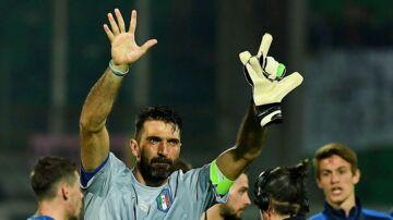 Gianluigi Buffon spillede sin professionelle kamp nummer 1000, da Italien slog Albanien 2-0 i VM-kvalifikationen.