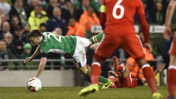 Neil Taylor (nederst) tackler her Seamus Coleman (grøn trøje) med det resultat, at ireren brækker benet.