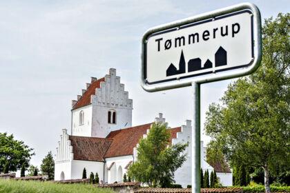 Tømmerup kirke og byskilt.