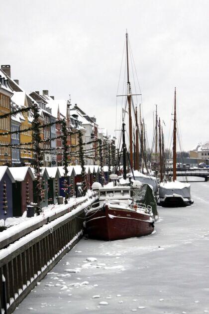 Hvid jul igen. Skibene i Nyhavn fredag den 24. december 2010. Hvid jul hører til sjældenhederne i Danmark. Siden 1900 er det kun sket otte gange, hvoraf den ene var julen 2009. Med en gentagelse i år er det første gang, så længe nogen kan huske tilbage, at vi får en landsdækkende hvid jul to år i træk.