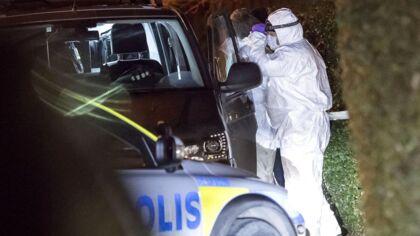 På billedet ses politiets teknikere ved huset i Bjärred nær Lund i Sverige, hvor to voksne og to børn tirsdag blev fundet døde i en villa.
