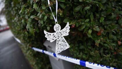 På billedet: En engel er hængt op ved villaen i Bjärred i Sverige, hvor to voksne og to børn er fundet døde.
