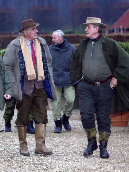 Prins Henrik (th) og med sin bror Etienne de Monpezat ved den årlige jagt i Grib Skov nord for København i 2005.