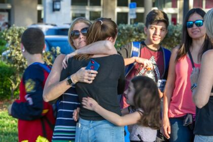 Elever finder trøst hos forældre og familie efter skoleskyderiet ved Marjory Stoneman Douglas High School i Parkland, Florida.