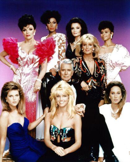 Heather Locklear i front i et af de ikoniske gruppebilleder fra 80'ernes store tv-serie 'Dollars'.