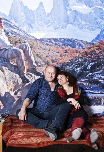 Birgitte Gyrd og Hans Erik Rasmussen har dannet par i 26 år og været gift i 23. De har siden 2014 levet polyamorøst. Altså som ægtepar der gerne må have andre forhold ved siden af. Foto: Claus Bech