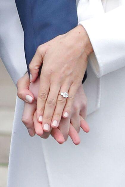 Da prins Harry og Meghan Markle annoncerede deres forlovelse i Sunken Garden ved Kensington Palace i London, viste skuespillerinden sin forlovelsesring frem.