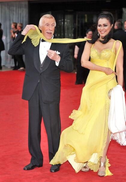 Sir Bruce Forsyth med konen Wilnelia Merced på den røde løber ved det årlige Arqiva British Academy Television Awards i 2013.