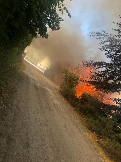 På blot 45 minutter var havestuen brændt væk, stikflammer stod ud af vinduerne og der var ild i taget.