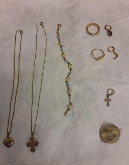 """Disse to halskæder, et armlænke, to fingerringe og tre øreringe og en 20 kr. """"jubilæumsmønt"""" indpakket i folie, blev fundet i bilen."""