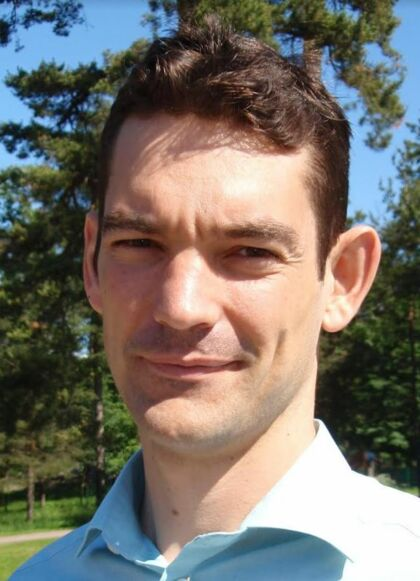 Kasper Planeta Kepp, der er professor i biokemi ved DTU, kritiserer Statens Serum Institut for at være for pessimistisk i beregningerne for, hvordan de små skolebørns tilbagevenden ville påvirke smittetrykket.