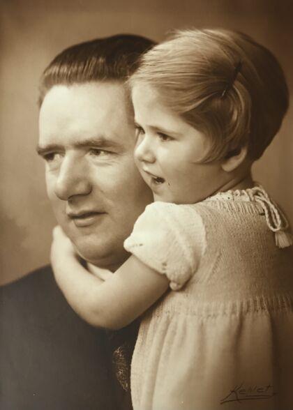 Adrian Lloyd Hughes' mor, Jette Dreyer Hughes, og hendes adoptivfar, Thorvald Dreyer.