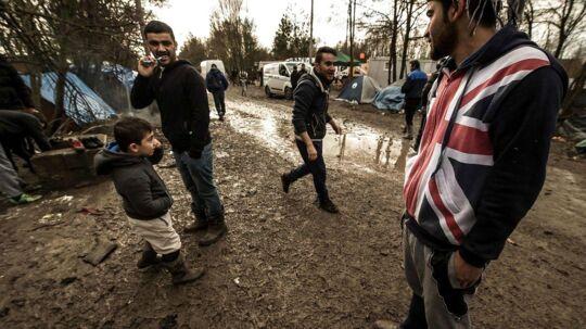 I områder ved franske havnebyer venter tusinder af flygtninge og migranter på chancen for at komme over Kanalen til Storbritannien. Men hvis de når frem, er sandsynligheden for at blive sendt hjem igen stor, hvis deres asylansøgning afvises. Foto: Philippe Huguen/AFP