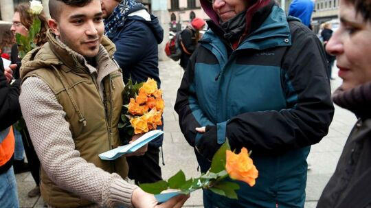 Syriske flygtninge mødte lørdag op ved hovedbanegården i Köln for at vise, at de er imod episoden fra nytårsaften, hvor omkring 1.000 personer forulempede kvinder i byen. Med sig havde demonstranterne blandt andet roser og bannere med budskaber.