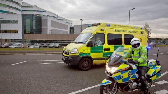 En 79-årig pensioneret advokat er blevet stukket ihjel af en mand, der eksploderede i vejvrede, fordi de to mænds biler stødte sammen. Overfaldet, der førte til drab, skete i Findon, West Sussex i England torsdag aften. ARKIVFOTO