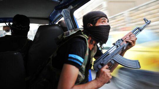 En oprører fra Den Frie Syriske Hær holder udkig efter snigskytter fra Assads styrker. Forhandlingerne om Syriens fremtid er fanget i et dødvande, fordi Rusland samt en række vestlige og arabiske lande ikke kan nå til enighed om, hvilke kæmpende grupper i Syrien, der skal ind i varmen, og hvilke der skal ud i kulden.