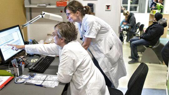 De praktiserende læger (PLO) og Danske Regioner har indgået ny overenskomst, og det vil blandt andet øge fokus på systematisk efteruddannelse af lægerne, nye redskaber til at skaffe læger til udkantsområder og med nye ensartede krav til kvaliteten i almen praksis.