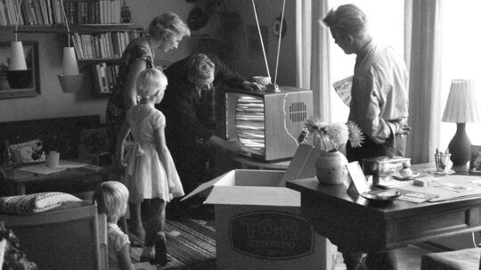 Arkivfotoet her fra 1960 forestiller familien Ovesen, og det er ikke bare gammelt - dets motiv er også gammeldags. I 2014 gider vi ikke fjernsynet mere, viser det sig. En gennemsnitlig dansker så 184 timers fjernsyn i juni 2012, mens han i samme måned året efter blot tilbragte 157 timer med at se TV.