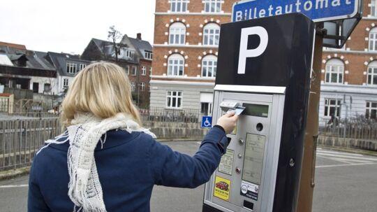 Sidste år blev der indført et loft over, hvor meget kommunerne må kræve i indtægt for parkering. Det loft vil Socialdemokraterne nu ophæve for at dæmpe privatbilismen (arkivfoto).
