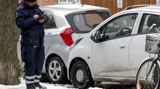 En parkering med to hjul på fortove er i dag tilladt i nogle kommuner, mens det andre steder udløser bøder. Torsdag vedtager Folketinget en lov som ensretter reglerne over hele landet.