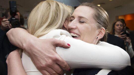 Helle Thorning-Schmidt og Mette Frederiksen krammede igennem, inden de gik ind til hovedbestyrelsesmødet.