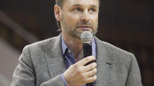 """Claus Elming er den nye vært på TV2's nye program, """"Pengene på bordet"""", der i skrivende stund bliver optaget i Sverige."""