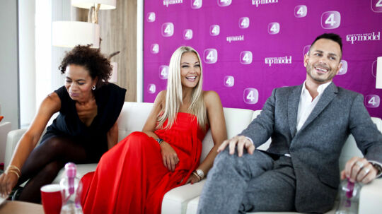 Kanal 4 blænder op for nye fotomodel-intriger i aften, når den nye sæson af Topmodel skydes i gang. Her er en veloplagt Caroline Fleming sammen med kollegaerne Jacqueline Friis-Mikkelsen og Uffe Buchard.