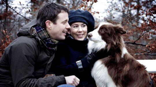 Kronprinsesse Mary og Kronprins Frederik fotograferet i deres hjem i Fredensborg. Her med deres hund Ziggy.