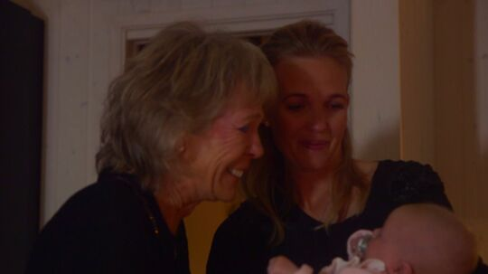 May-Britt Lund besøger datteren i et sommerhus, som Tina Lund og Allan Nielsen har købt i Danmark.