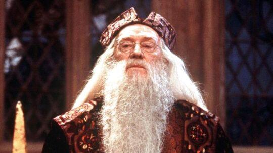 Richard Harris i rollen som Albus Dumbledore i Harry Potter-filmene. Nu skal den legendariske troldmand spilles af en noget yngre model.