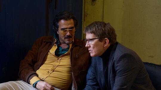Thomas Bo Larsen spiller Karsten Daugaard, en dansk filminstruktør i serien 'Veni Vidi Vici'. Her sammen med Rafael Edholm, som både instruerer og spiller pornoproduceren Vincent. Foto: Viaplay