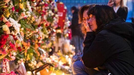 Forbipasserende sørger efter terrorangrebet i Stockholm. Lørdag den 8. april.