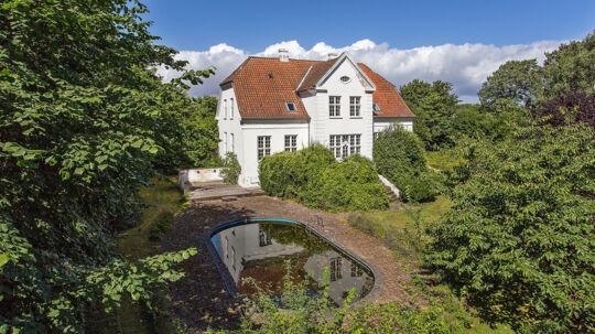 Næsten 300 kvadratmeter villa med swimmingpool og have for under to millioner kroner? Den er god nok.