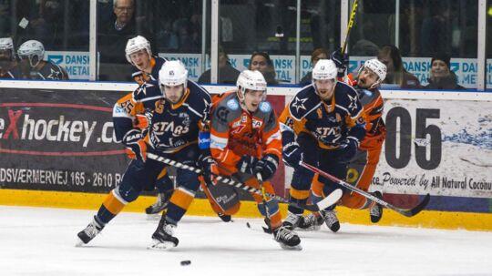 Gentofte Stars (blå trøjer) er til alles overraskelse kommet i DM-finalen i ishockey. Fredag går det løs med den fjerde finalekamp mod Esbjerg.