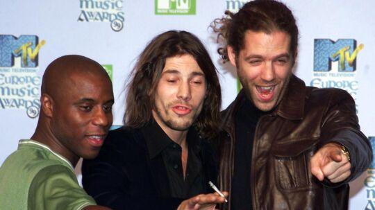 Keyboardspiller i det britiske band Jamiroquai, Toby Smith (th.), døde torsdag af kræft. Han blev 46 år gammel.