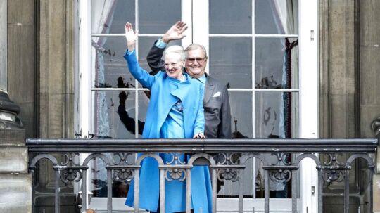 Da dronning Margrethe og den kongelige familie viste sig på balkonerne på Christian IX's Palæ på Amalienborg til dronningens 76 års fødselsdag sidste år, holdt prins Henrik sig bemærkelsesværdigt meget i baggrunden. Få dage forinden havde han oplyst, at han ikke ville tiltales 'prinsgemal' længere.