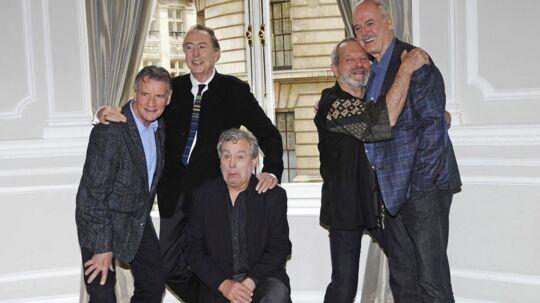 I midten ses Terry Jones på knæ sammen med resten af sine Monty Python-kolleger.