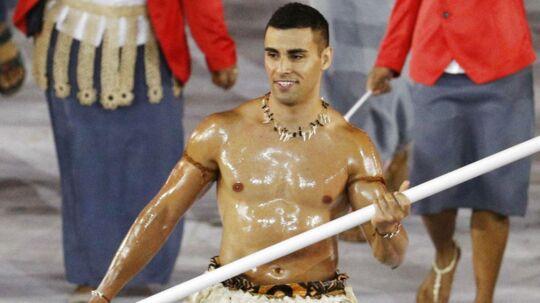 Pita Nikolas Taufatofua bar Tonga flag ved OL smurt ind i olie.