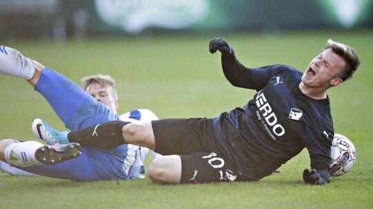 18.04.2017 - ALKA Superliga - OB - Randers. Straffe begået af Frederik Tingager (Odense 3) mod Randers 10 - Pourie