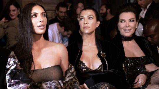 På billedet: Kim Kardashian (tv.), Kourtney Kardashian (i midten) og Kris Jenner. Her ses de til et modeshow i Paris den 29. september 2016.