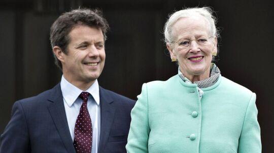 Hendes Majestæt Dronning Margrethe fejrede søndag d. 16. april sin 77-års fødselsdag på Marselisborg Slot sammen med børn og børnebørn. Her er Kongefamilien samlet på verandaen, Dronning Margrethe og kronprins Frederik. (foto: Henning Bagger / Scanpix 2017)