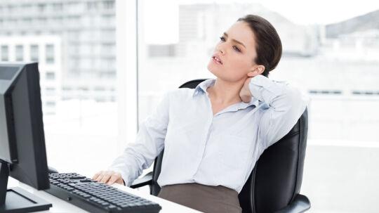 Har du et stillesiddende arbejde foran en skærm, er der større risiko for, at du får ondt i nakke og skuldre.