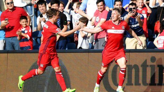 En fan fik Bastian Schweinsteiger (th.) til at tage billedet, da hun ville have et billede 'med holdet'.