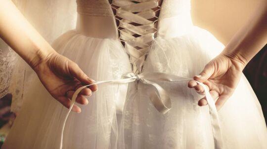 Fem danske brudekjoleforretninger har indført et gebyr for prøvning af kjoler.