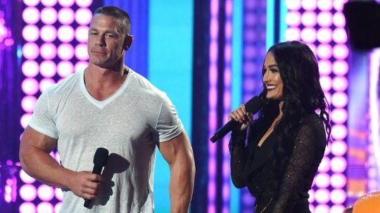 John Cena og Nikki Bella måtte smide tøjet.